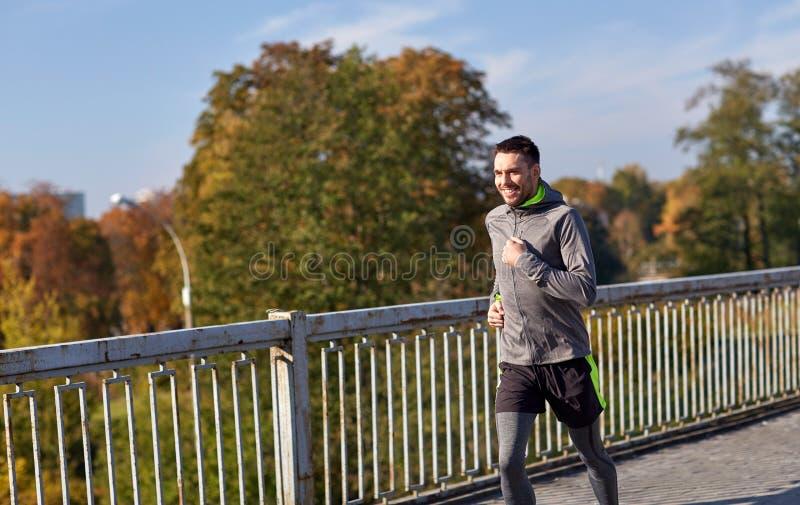 Download 跑在城市桥梁的愉快的年轻人 库存照片. 图片 包括有 公园, 拉丁语, 快乐, 人们, 运动装, 运动, 生活方式 - 72350858