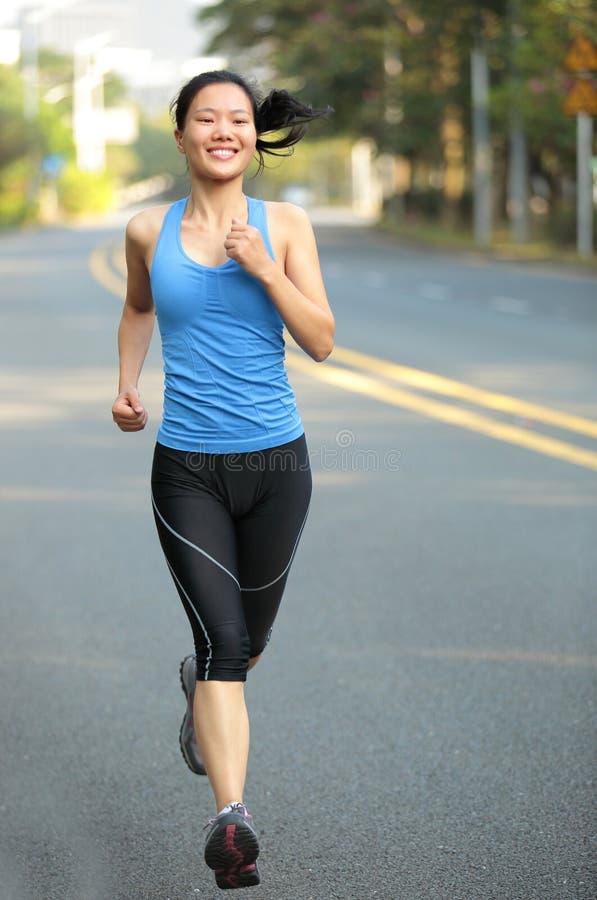 跑在城市道路的妇女 免版税库存图片
