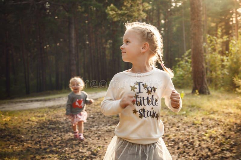 跑在夏天森林里的愉快的妹 图库摄影