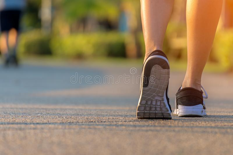 跑在室外锻炼的路的赛跑者脚停放,在鞋子的特写镜头 跑为健康的亚裔健身妇女和放松 免版税库存照片