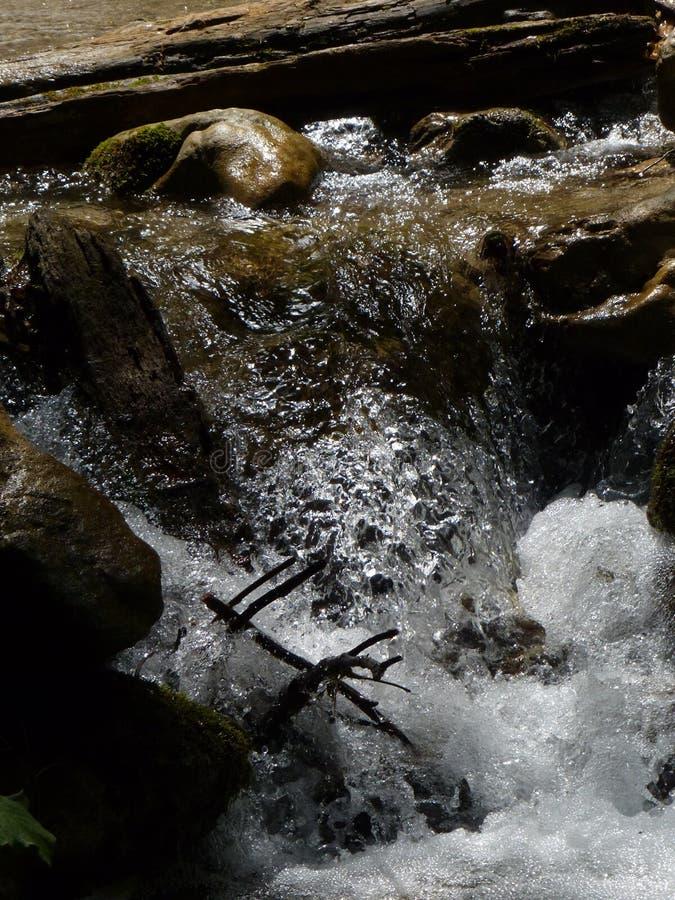 跑在山岩石的水 库存图片