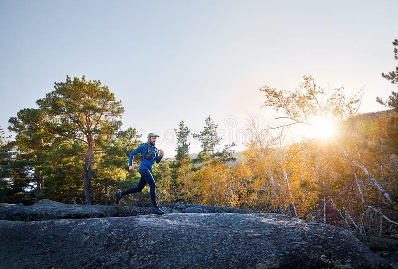 跑在山的足迹 免版税库存图片