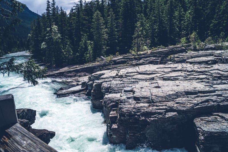 跑在岩石风景的河 免版税库存照片