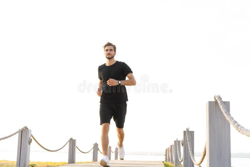 跑在散步的健康年轻人全长射击  冲刺公的赛跑者户外 库存照片