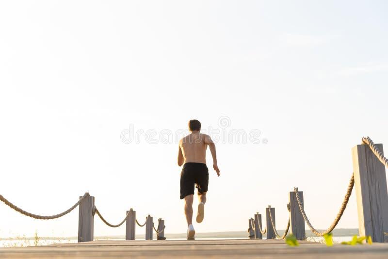 跑在散步的健康年轻人全长射击  冲刺公的赛跑者户外 库存图片