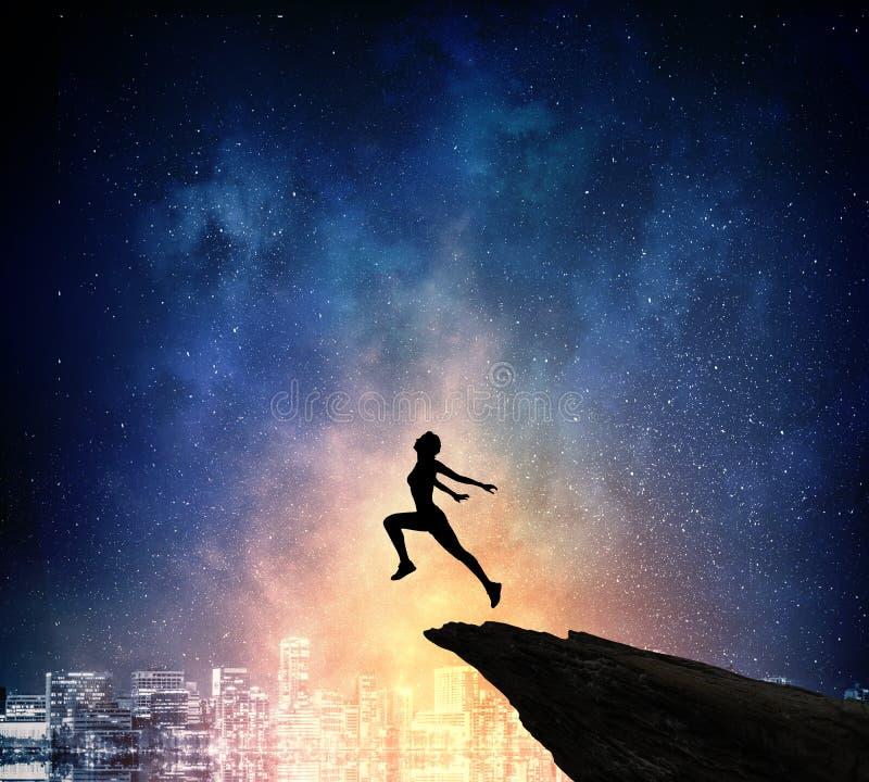 跑在晚上的慢跑者 混合画法 库存照片