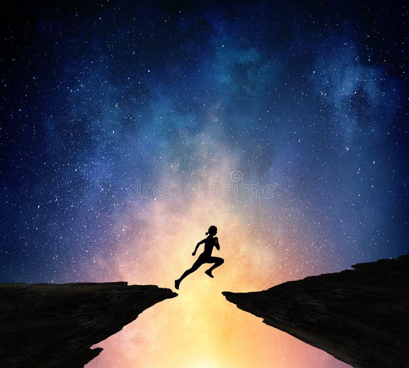 跑在晚上的慢跑者 混合画法 免版税库存图片