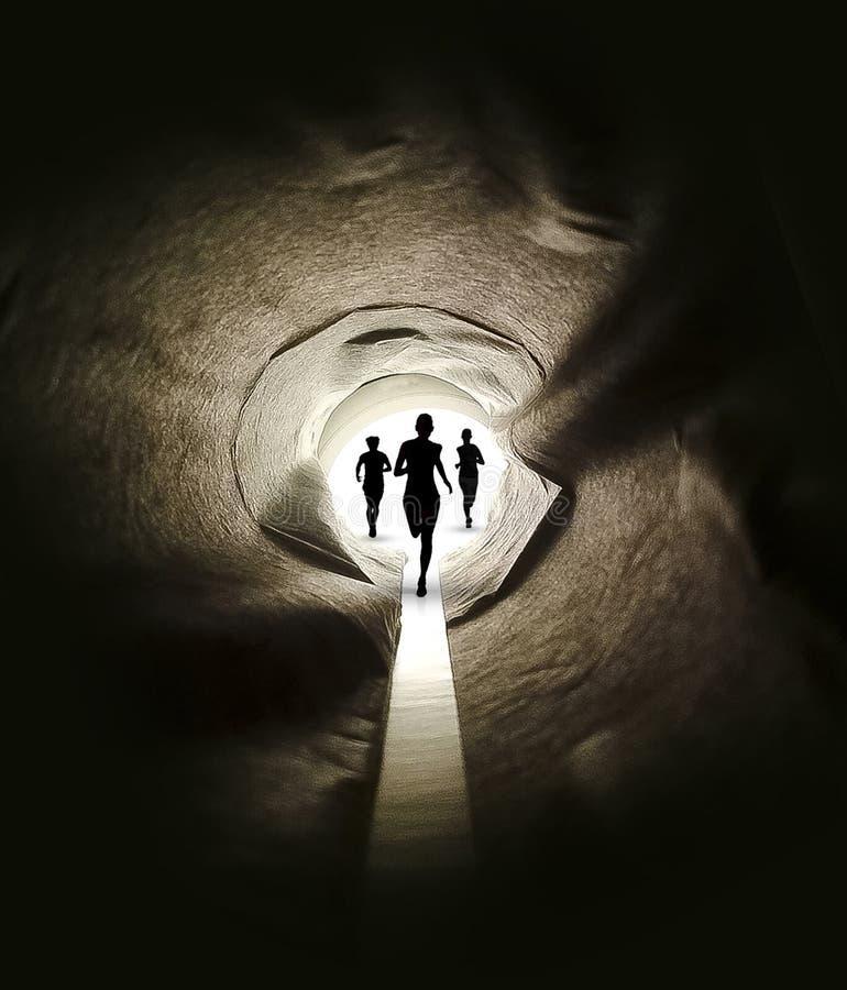 跑在有黑暗的方式的隧道 免版税库存图片