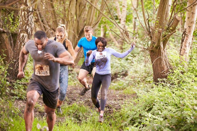 跑在森林里的竞争者在耐力事件 库存照片