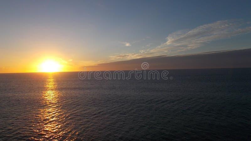 跑在水的朝阳的射线 免版税库存照片
