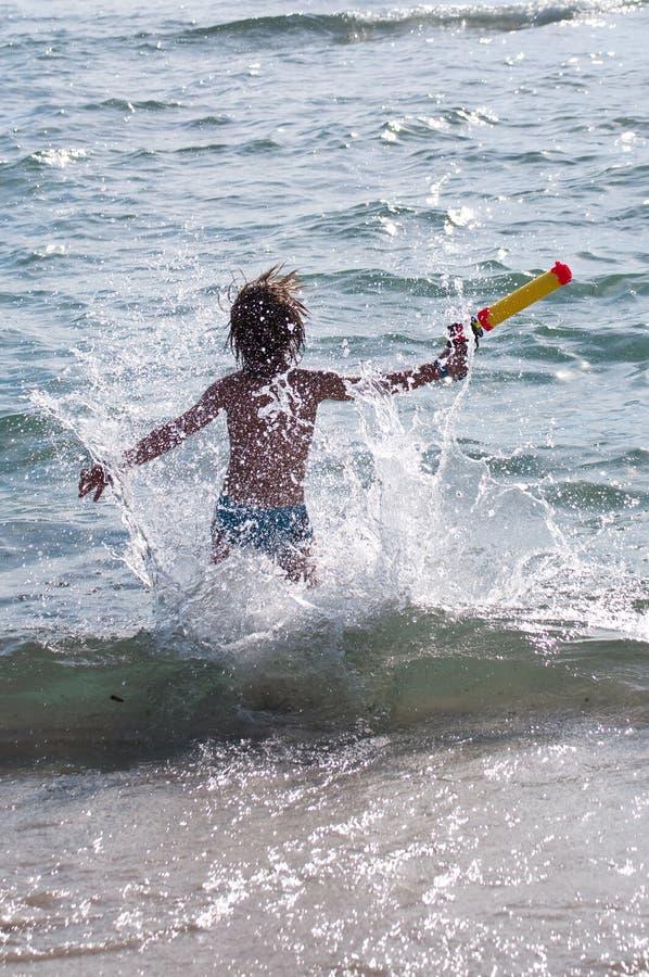跑在波浪的孩子 库存图片