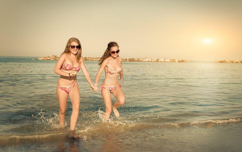 跑在海的女孩 免版税库存图片