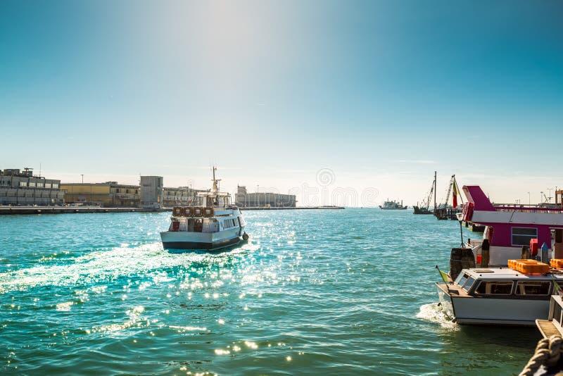 跑在海的船看法在威尼斯 免版税库存图片