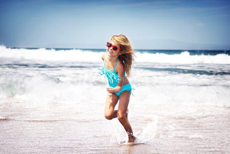 跑在海滩的女婴 免版税图库摄影
