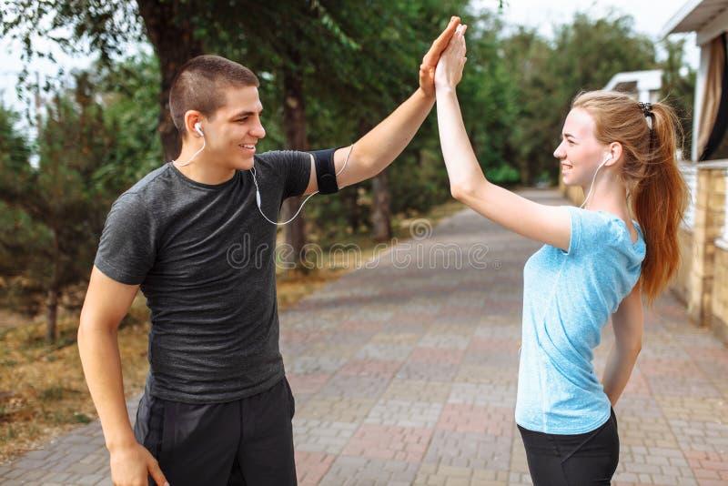 跑在男人和妇女的早晨,训练在工作前,两位人运动员 库存照片