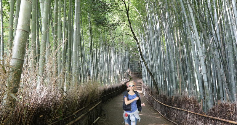 跑在竹森林里的妇女 库存照片