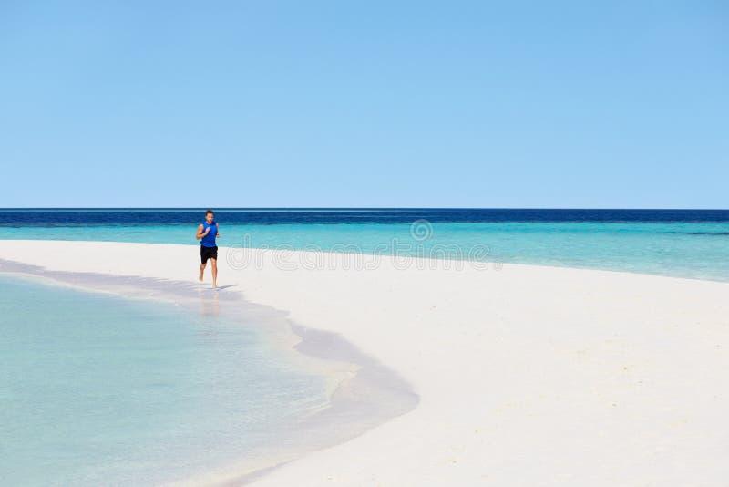 Download 跑在美丽的海滩的人 库存照片. 图片 包括有 节假日, 天空, 衣物, 蓝色, 健身, 遗弃情人的, 海运 - 30329950