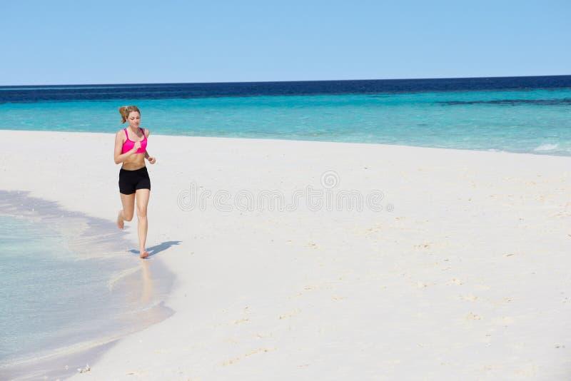 Download 跑在美丽的海滩的妇女 库存照片. 图片 包括有 女性, 运行, 无耻的, 健康, 凹凸部, 遗弃情人的, 地点 - 30329990