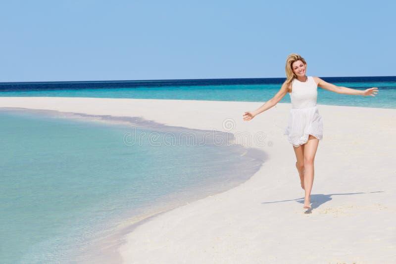 Download 跑在美丽的热带海滩的妇女 库存照片. 图片 包括有 节假日, 复制, 马尔代夫, 活动家, 海运, 微笑 - 30329874
