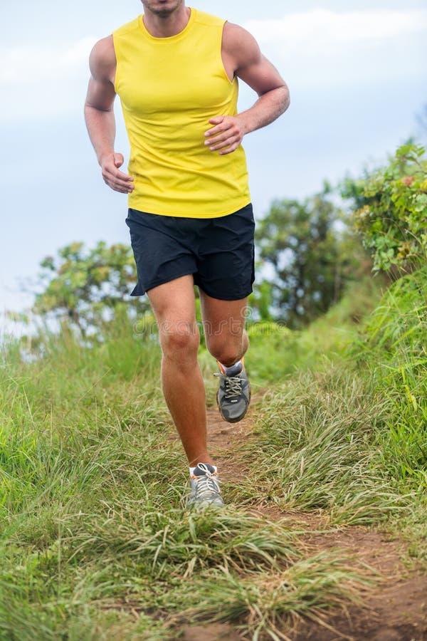 跑在自然道路的运动赛跑者人足迹 免版税库存照片