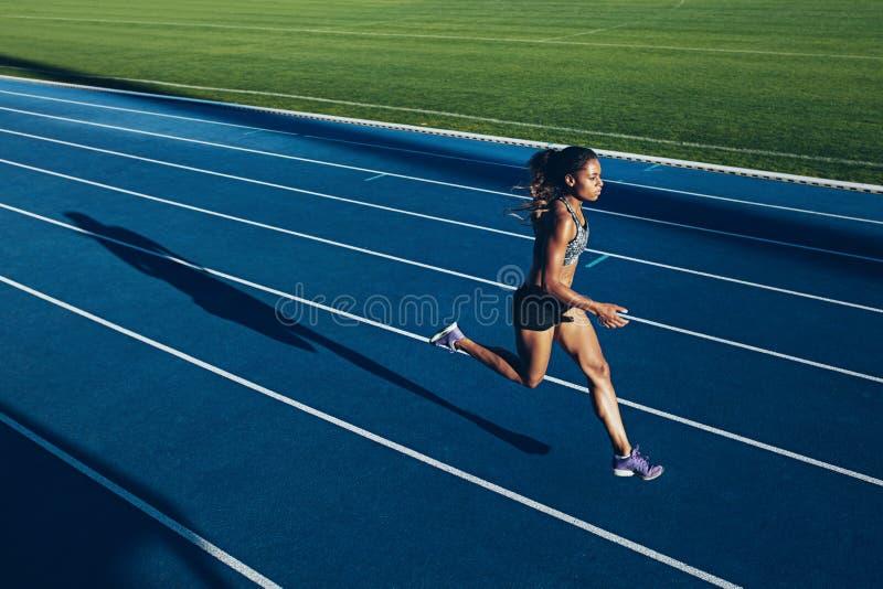 跑在跑马场的非洲妇女 免版税库存图片