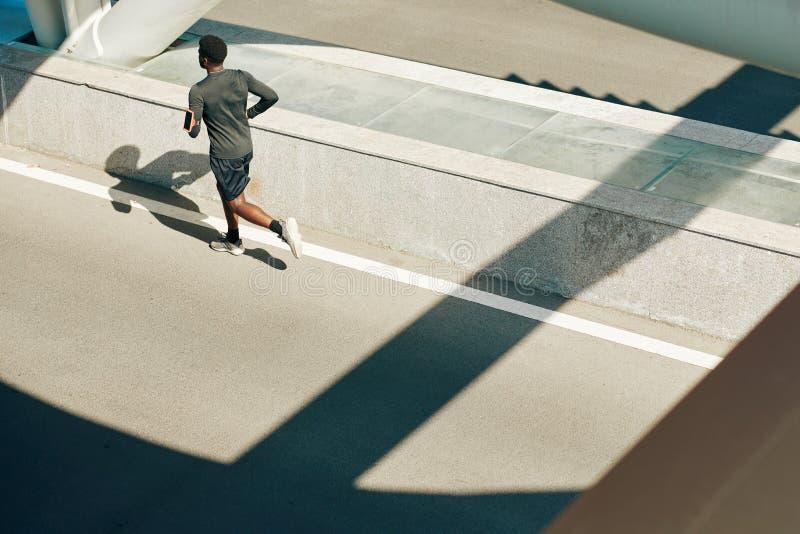 跑在路上的运动员 库存照片