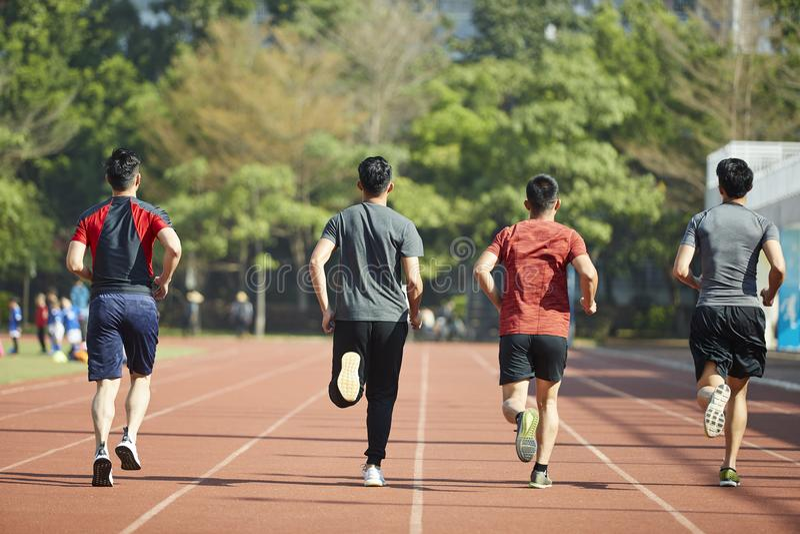 跑在轨道的年轻亚裔运动员 免版税库存图片
