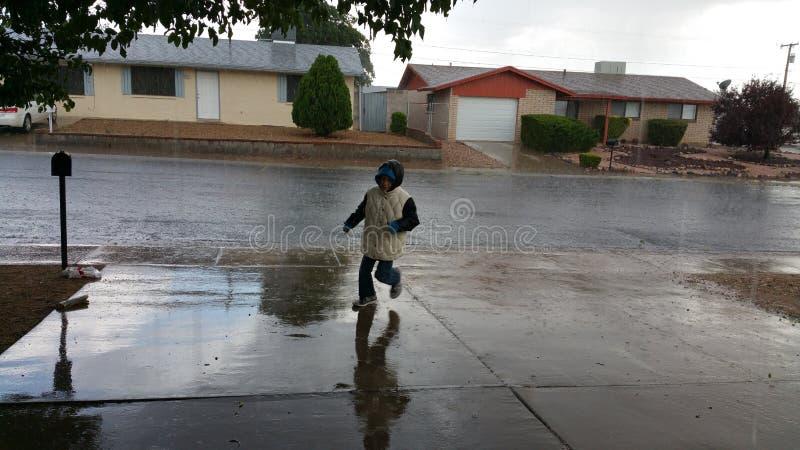 跑在风暴的孩子 免版税库存图片