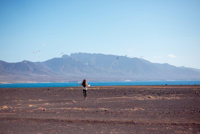 跑在离开的背景的无忧无虑的妇女 免版税库存图片