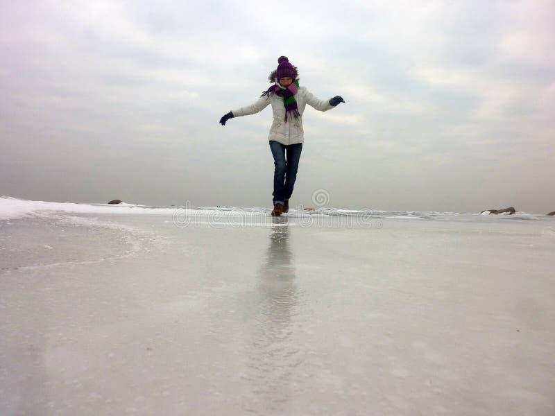 跑在冻海的愉快的妇女每冷的天 库存图片