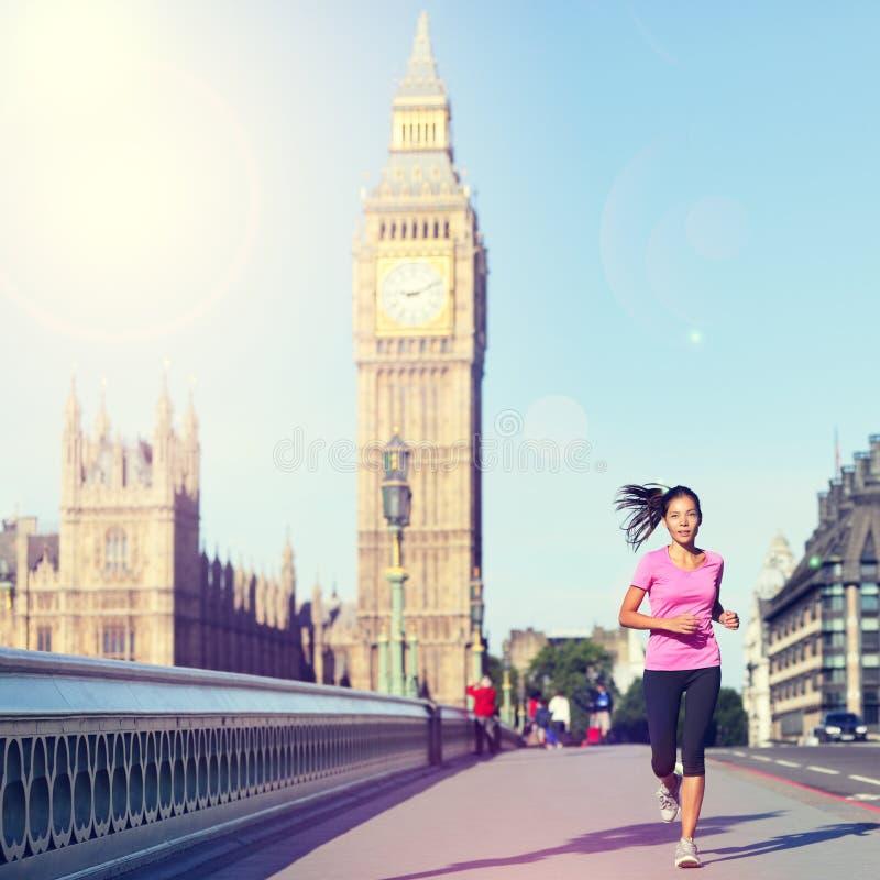 跑大本钟-英国生活方式的伦敦妇女 免版税图库摄影