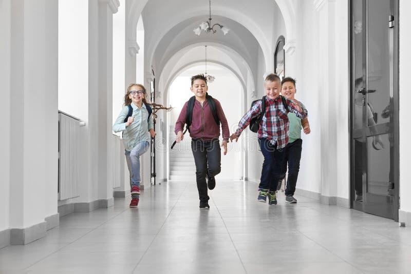 跑小组愉快的同学笑和 免版税库存图片