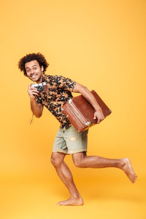 非洲人的生活黄色片_跑带着手提箱的年轻人微笑的非洲人