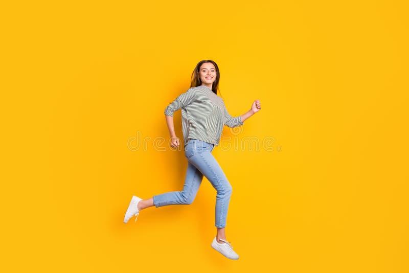 跑往她的梦想的激动的快乐的女朋友全长身体尺寸照片,当隔绝与黄色时 图库摄影