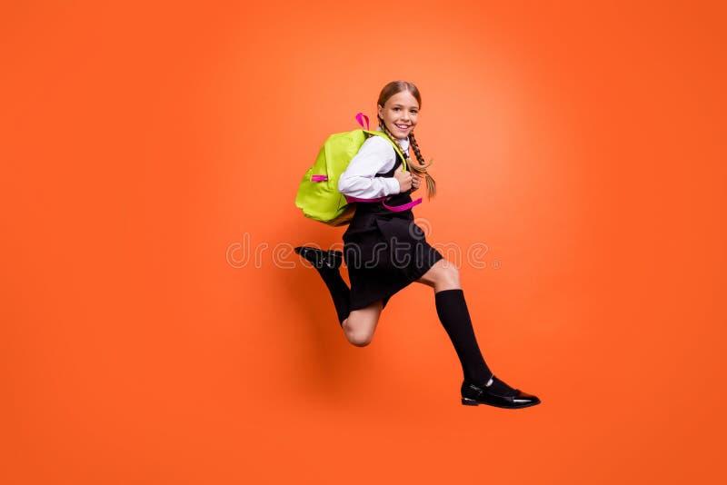 跑快速的一级的全长身体尺寸观点的好可爱的迷人的快乐的爽快高兴的青春期前的女孩书呆子 库存图片