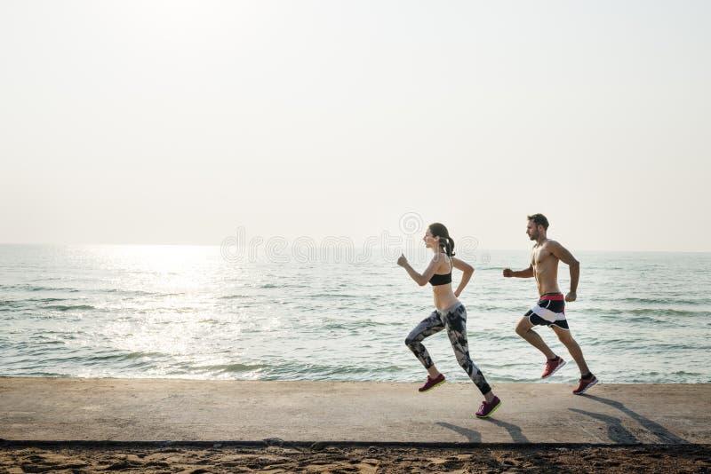 跑户外海滩概念的夫妇 免版税库存图片