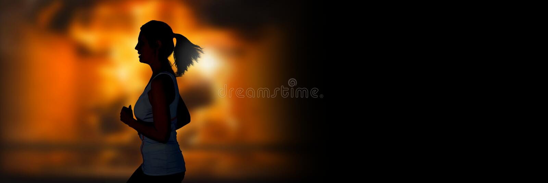 跑掉在灼烧的火前面的妇女 免版税图库摄影