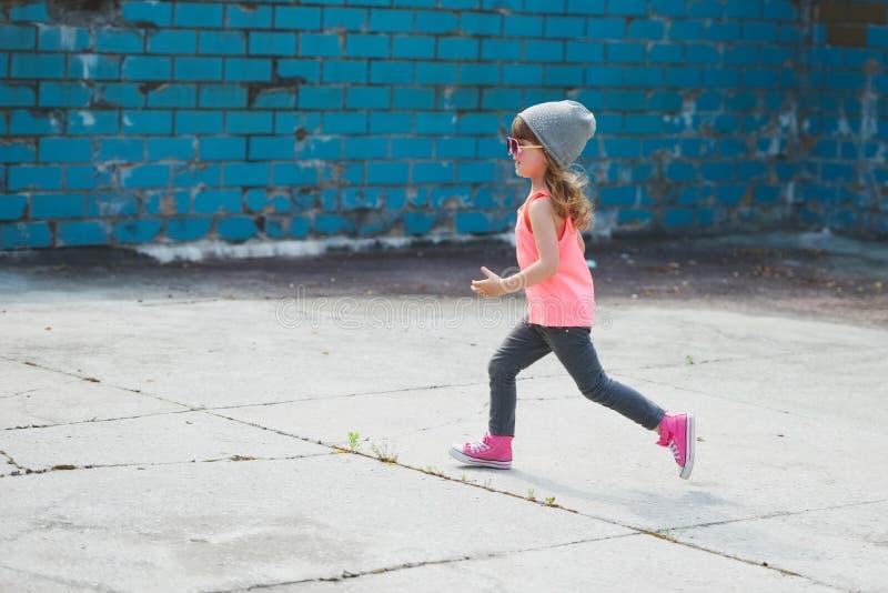 跑掉逗人喜爱的矮小的行家的女孩 库存图片