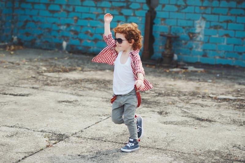 跑掉逗人喜爱的矮小的行家的男孩 库存图片