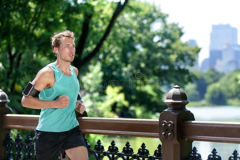 跑步在中央公园的人听音乐奔跑 库存图片