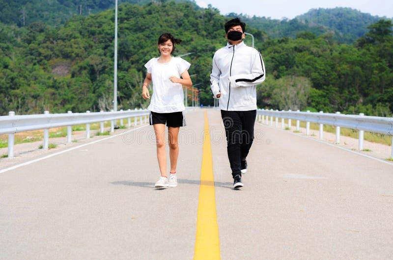 跑步在公园的年轻夫妇 健康和健身 库存图片