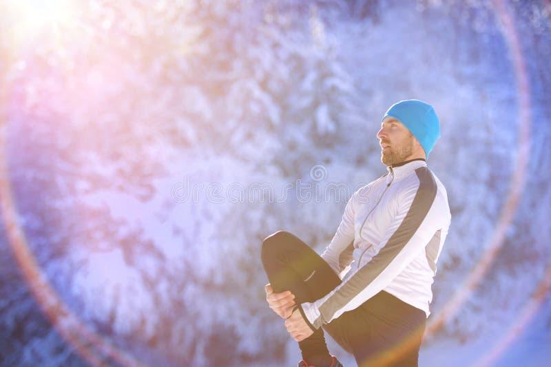 跑步在冬天自然的人 免版税库存照片