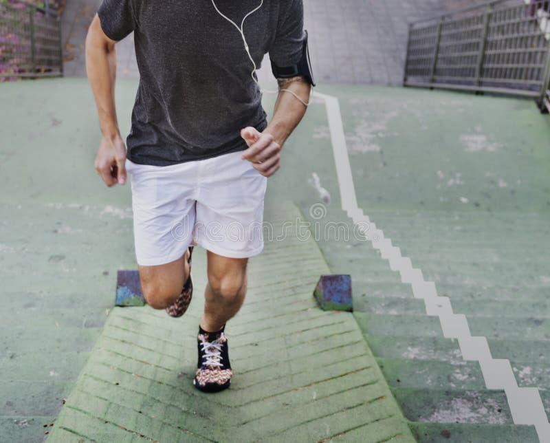 跑步在城市的一个人 库存照片