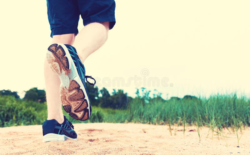 跑步在沙子的赛跑者 库存图片