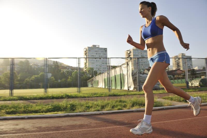 跑步在清早的妇女 免版税图库摄影