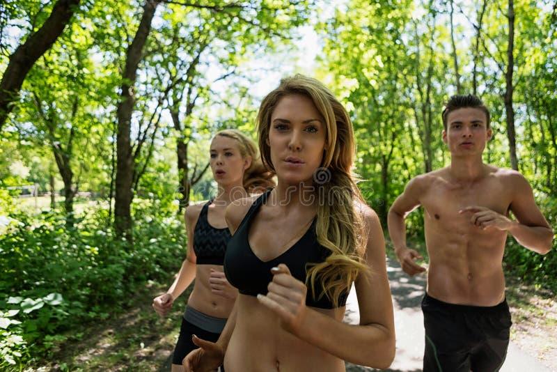 跑步在路的朋友 免版税库存照片