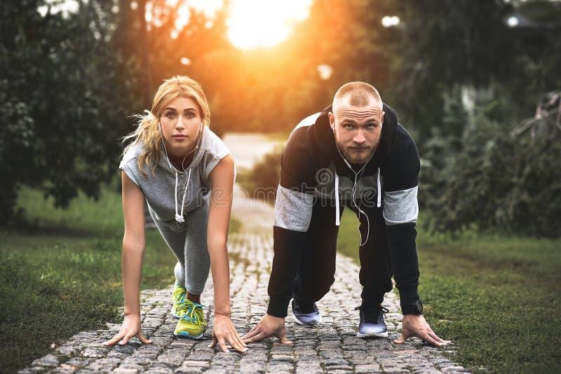 跑步城市连续的夫妇外面 训练户外解决的赛跑者  库存图片