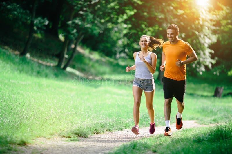 跑步本质上的健康夫妇 免版税库存图片