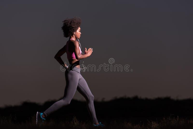 跑步本质上的年轻非裔美国人的妇女 免版税图库摄影