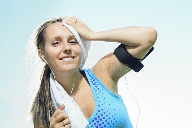 跑步的妇女毛巾 库存图片
